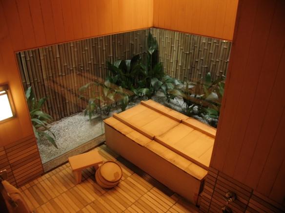 Photo carole Darchy- février 2004 - TAWARAYA RYOKAN, Salle de bain de la suite MIDORI, Reproduction interdite